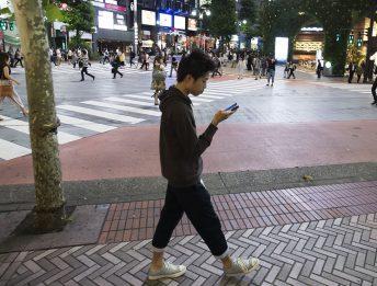 Pedoni distratti dallo smartphone