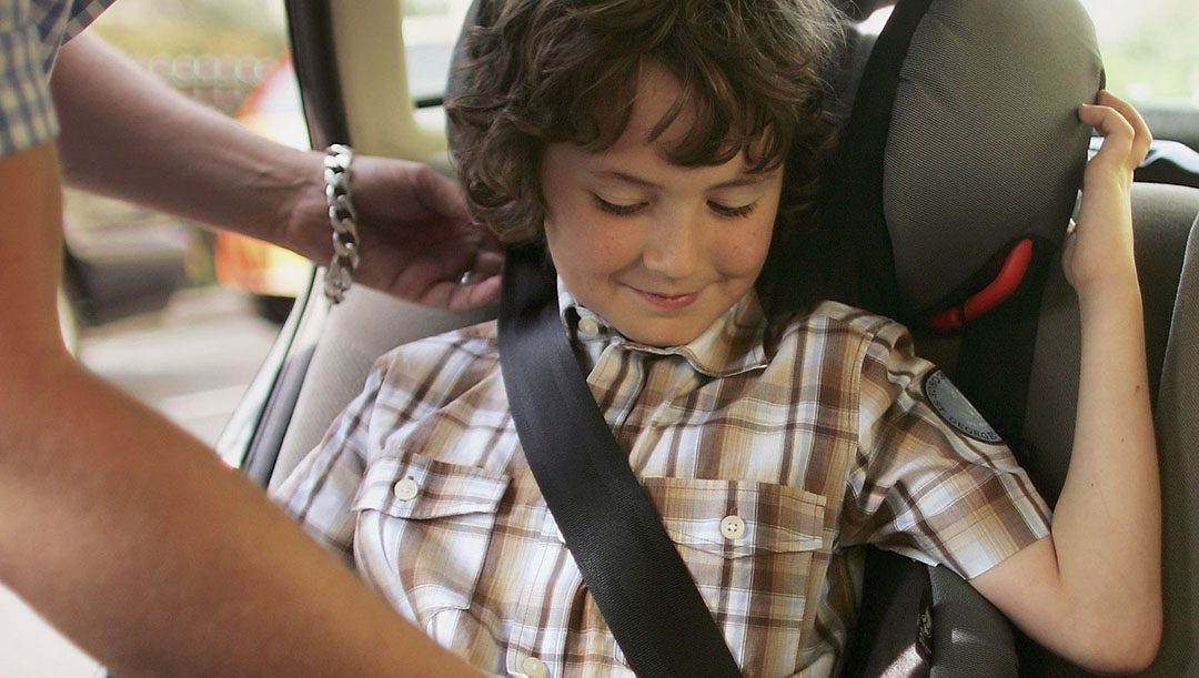 bambina si slaccia la cintura di sicurezza