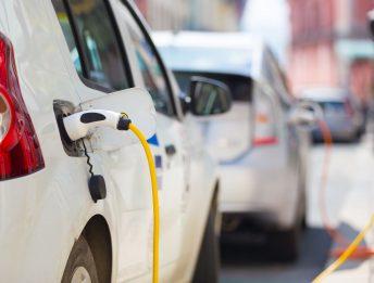 Auto elettriche inquinano meno