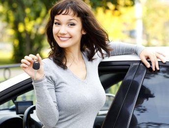 giovane donna auto
