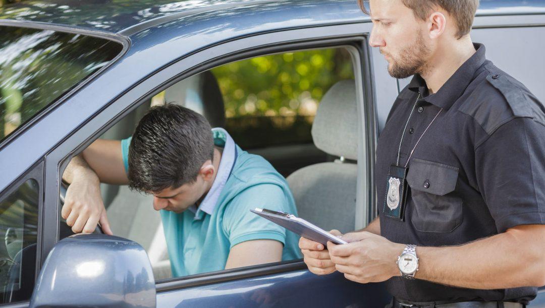 Chi guida con la patente illeggibile rischia una multa o altre sanzioni? Il Codice della Strada non prevede nulla ma una circolare del Viminale chiarisce tutto